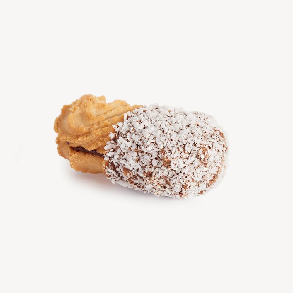 Kaya - punjeno čajno pecivo preliveno čokoladom, posuto kokosom i punjeno voćnim filom od kajsije